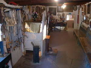 Santuario_de_Chimayo_Prayer_Room_with_discarded_crutches_and_tesminonials